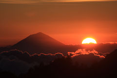 Coucher du soleil derrière Gunung Agung, Bali. Image libre de droits