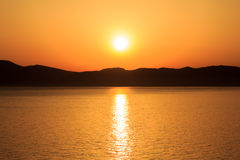 Coucher du soleil derrière l'île à la mer Méditerranée Images stock