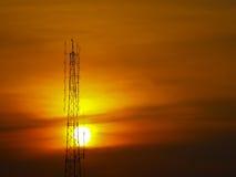 Coucher du soleil derrière l'antenne images libres de droits
