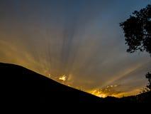 Coucher du soleil derrière la côte Image libre de droits