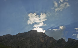 Coucher du soleil derrière la montagne Photos stock