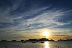 Coucher du soleil derrière la montagne Photos libres de droits