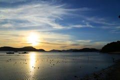 Coucher du soleil derrière la montagne Image stock