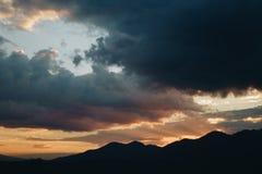 Coucher du soleil derrière la montagne Photo stock