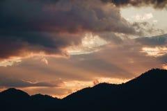 Coucher du soleil derrière la montagne Photographie stock