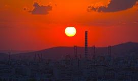 Coucher du soleil derrière la ville Images stock