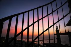 Coucher du soleil derrière le fer photo libre de droits