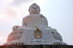 Coucher du soleil derrière le grand Bouddha à phuket Image stock