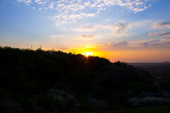 Coucher du soleil derrière les arbres Images libres de droits