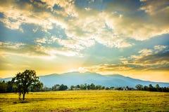 Coucher du soleil derrière les montagnes. Images stock