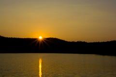 Coucher du soleil derrière les montagnes Photo stock