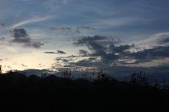 Coucher du soleil derrière les montagnes Image libre de droits