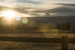 Coucher du soleil derrière les montagnes image stock