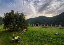 Coucher du soleil derrière les montagnes d'un jardin Photo stock