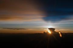 Coucher du soleil derrière les nuages Image libre de droits