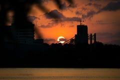 Coucher du soleil derrière un bâtiment en construction Photos stock