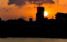 Coucher du soleil derrière un bâtiment en construction Image libre de droits