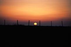 Coucher du soleil derrière une frontière de sécurité Images libres de droits