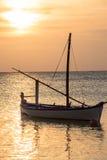 Coucher du soleil des Maldives d'atoll d'Ari avec le bateau en silhouette Photographie stock