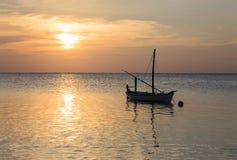 Coucher du soleil des Maldives d'atoll d'Ari avec le bateau en silhouette Images libres de droits