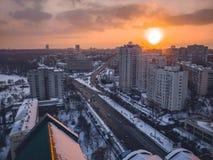 Coucher du soleil du dessus de toit Images stock