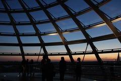 Coucher du soleil du dessus de toit du bâtiment photo stock