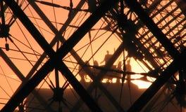 Coucher du soleil devant le Louvre, Paris Photographie stock libre de droits