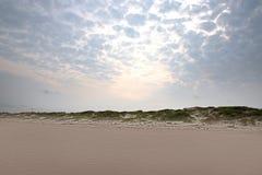 Coucher du soleil doux au-dessus des dunes de sable Photos stock