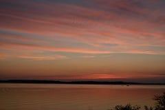 Coucher du soleil doux multicolore de couleurs sur le beau lac Images stock