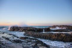 Coucher du soleil doux, roches de Currumbin, Queensland, Australie photographie stock