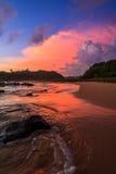 Coucher du soleil dramatique à la plage de Moragalla, Beruwala, Sri Lanka photographie stock libre de droits