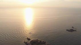Coucher du soleil dramatique au-dessus de belle côte avec la plage rocheuse projectile Composition de nature, beau ciel ardent de banque de vidéos