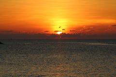 Coucher du soleil dramatique au-dessus de l'océan en Thaïlande image libre de droits