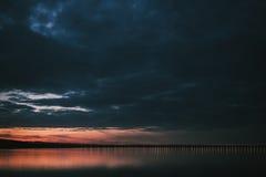 Coucher du soleil dramatique au-dessus de la Volga et du pont présidentiel, situés dans Ulyanovsk photos stock
