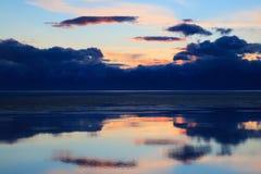 Coucher du soleil dramatique au-dessus de lac de montagne photos stock