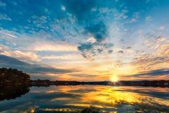 Coucher du soleil dramatique au-dessus de lac Parsippany Photographie stock
