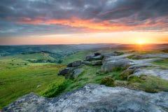 Coucher du soleil dramatique au-dessus de massif de roche de Higger Images stock