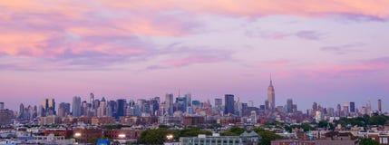 Coucher du soleil dramatique au-dessus de New York images libres de droits