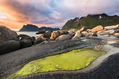 Coucher du soleil dramatique au-dessus de plage d'Utakleiv sur des îles de Lofoten, Norvège images stock