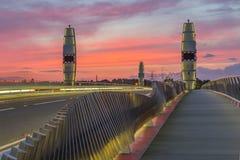 Coucher du soleil dramatique au-dessus de pont jumeau Poole en voiles Photo libre de droits
