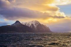 Coucher du soleil dramatique au-dessus des îles de Lofoten, Norvège Image stock