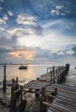 Coucher du soleil dramatique au village de pêche Image libre de droits