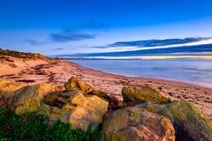 Coucher du soleil dramatique avec des nuages au-dessus de la mer Photographie stock libre de droits