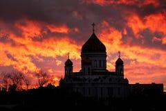 Coucher du soleil dramatique avec la vue de silhouette de cathédrale images libres de droits