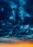 Coucher du soleil dramatique avec les nuages déprimés foncés Photographie stock