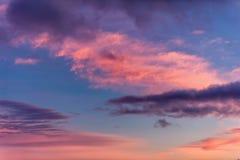 Coucher du soleil dramatique avec les nuages et le ciel bleu orange rose photos stock