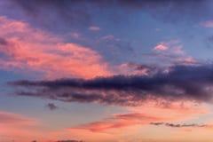 Coucher du soleil dramatique avec les nuages et le ciel bleu orange rose image libre de droits