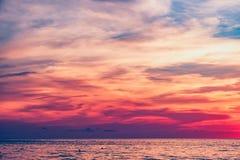 Coucher du soleil dramatique coloré tropical en Thaïlande Photo stock