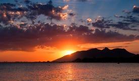 Coucher du soleil dramatique dans l'océan Images stock