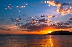 Coucher du soleil dramatique dans l'océan Image libre de droits